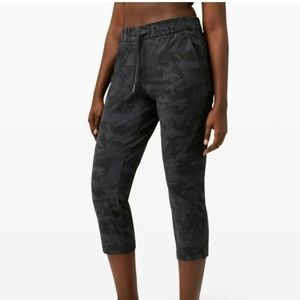 New Lululemon On The Fly Crop Pant Camo Black 10